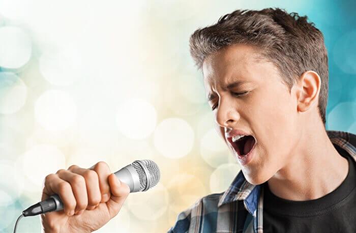 裏声と地声を交互に歌う