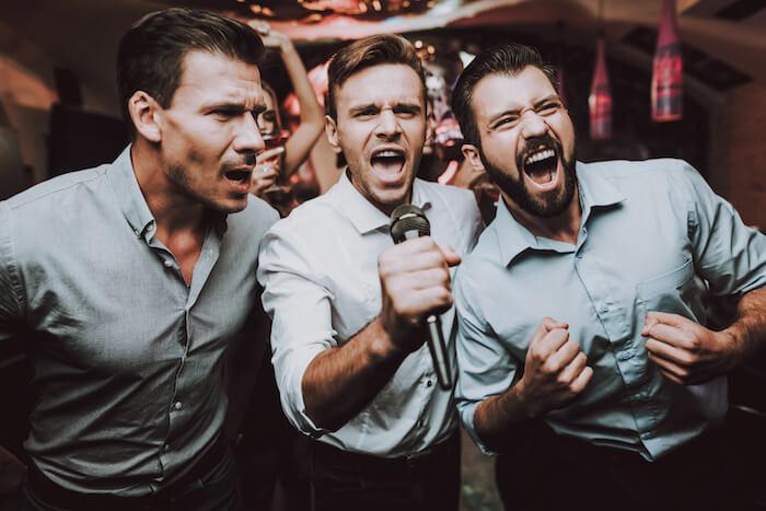 男性がカラオケで歌いやすい曲ベスト10!